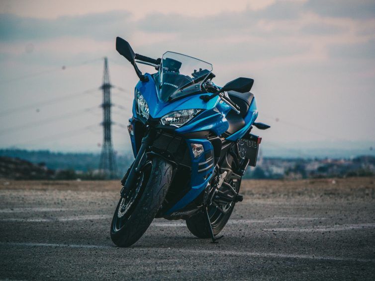 motorcykel blå stående på väg