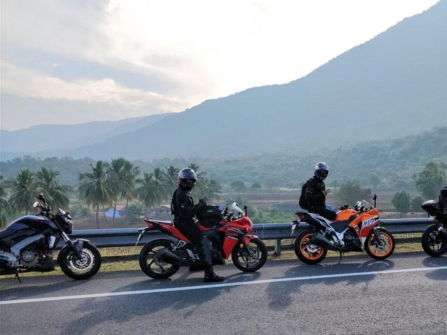 Flera motorcyklister tillsammans